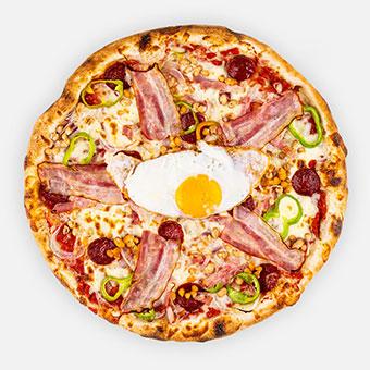 MAGYAR COWBOY - pizzaparadicsom, hagyma, parasztkolbász, császár szalonna, hegyes erős, fehérbab, mozzarella, bacon, tükör tojás - www.pizzarello.hu