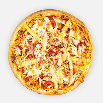 Vörös Sárkány pizza - Pizzaparadicsom, zöldhagyma, csirkemell, bébikukorica, marinált paprika, bambuszrügy, mozzarella, édes chili szósz
