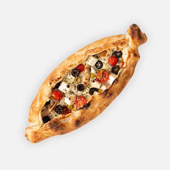 Kerkyra csónak - fokhagymás-tejfölös alap, gyros fűszer, csirkemell, lilahagyma, feta, olivabogyó, koktélparadicsom, sajt + tzatziki - www.pizzarello.hu