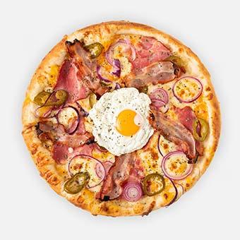 Beatles pizza (32 cm) - cheddar sajt, tarja, lilahagyma, jalapeno, bacon, tükörtojás, sajt - www.pizzarello.hu