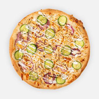 Csirke gyros pizza (32 cm) - fokhagymás-tejfölös alap, lilahagyma, kígyóuborka, roston csirke, tejföl, gyros fűszer, sajt - www.pizzarello.hu